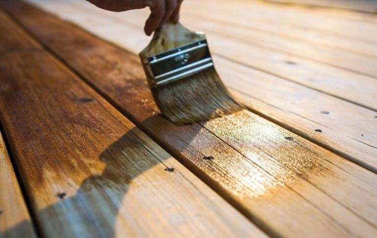 Óleo de teca ou verniz convencional em madeiras exteriores?