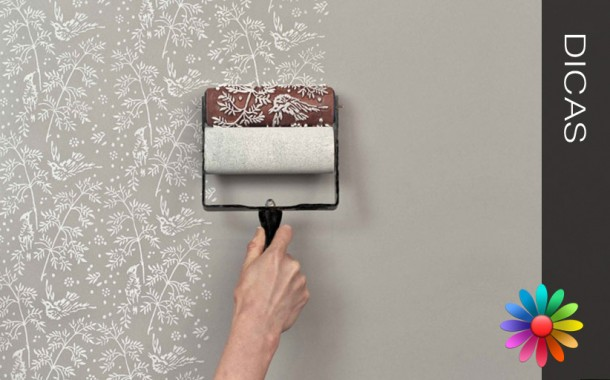 Pintar uma parede com um rolo decorativo