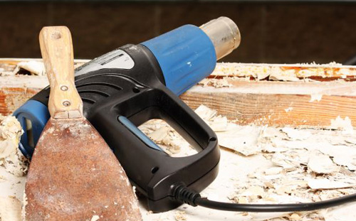 Pistola de ar quente pode ser uma boa opção para decapar a madeira