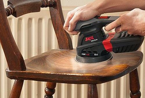 Lixar a madeira com uma lixadora elétrica