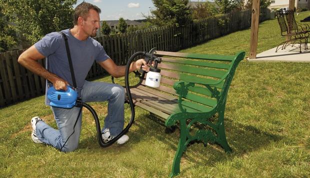Pintura de banco de jardim com equipamento airless